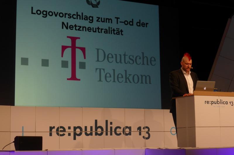 re:publica: Sascha Lobos neues Telekom-Logo zum Tod der Netzneutralität